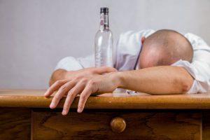Hoe iemand helpen met een drankprobleem